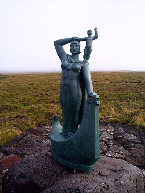 Statue of Gudrid and Snorri