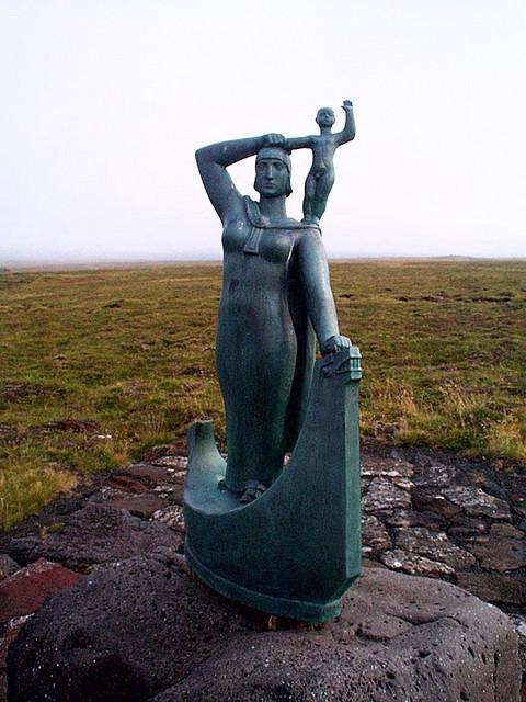 Statue of Gudrid and Snorri